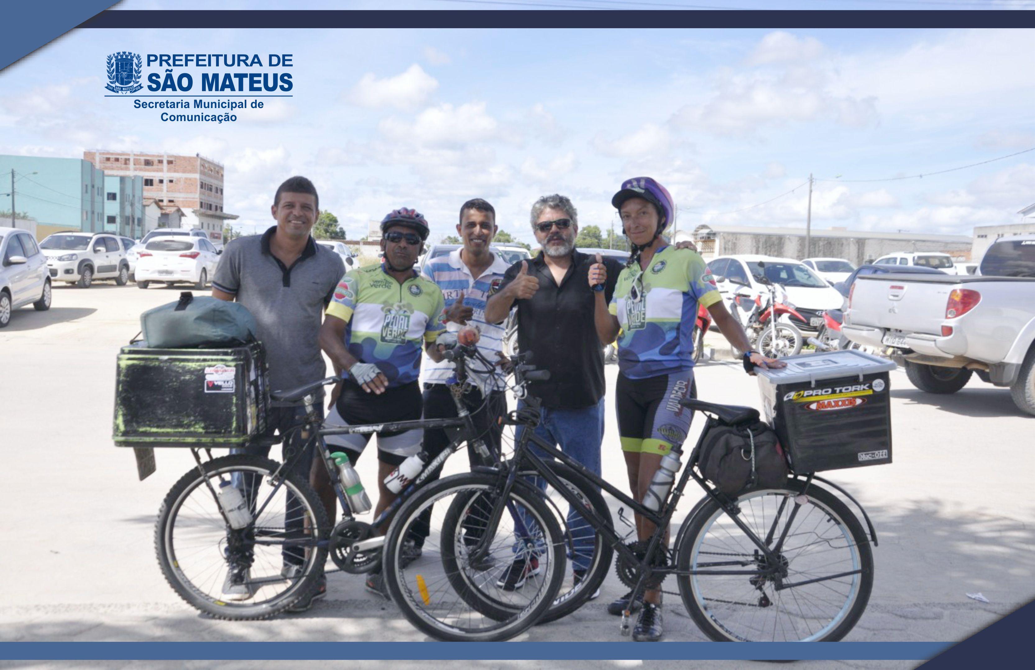 Prefeitura recebe visita de casal que percorre a América do Sul de bicicleta