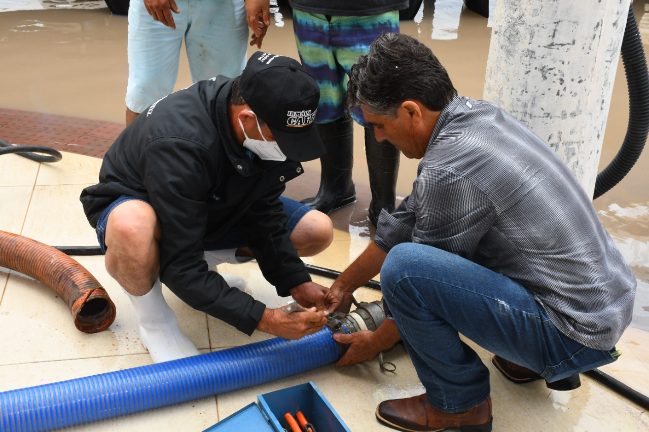 FERIADO COM ALAGAMENTOS: PREFEITO CAFFEU MOBILIZA EQUIPES PARA SOCORRER MORADORES E COMERCIANTES EM GURIRI